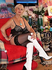Delightful mature tart in her solo play