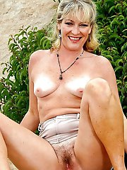 Gallant mature girl posing fully nude on picture