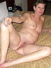 Charming experienced gilf posing naked for money