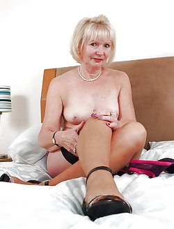 Mature cougar posing fully undressed