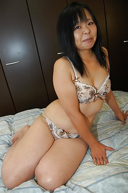 Wide spreaded asian mature pussies